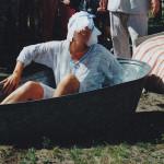 Leena Tirkkonen 1999:  Rehtori Leena Tirkkonen kastettiin Köntykseksi perinteisin menoin.