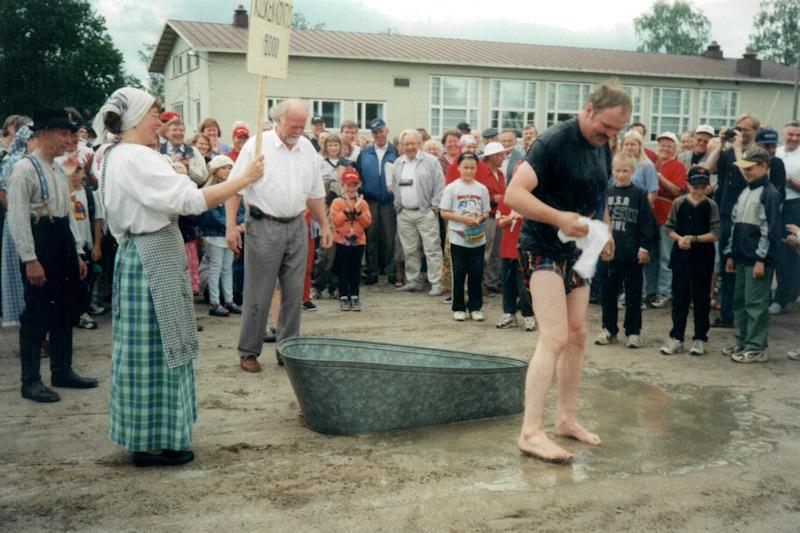 Markku  Toivonen 2000: Köntys-kasteen valitsemassaan rooliasussa sai kunnanvaltuuston puheenjohtaja Markku Toivonen.