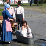 Rehtori, kulttuuripersoona Mirja Rautavuori-Lehtinen on Koskelaisseuran Köntys vuonna 2005. Herättävä, täysin kasteleva kylpy tapahtui Kosken Kohauksessa 31.7. Johtokunnan miehillä oli mukava työkomennus naisjäsenten avustaessa!