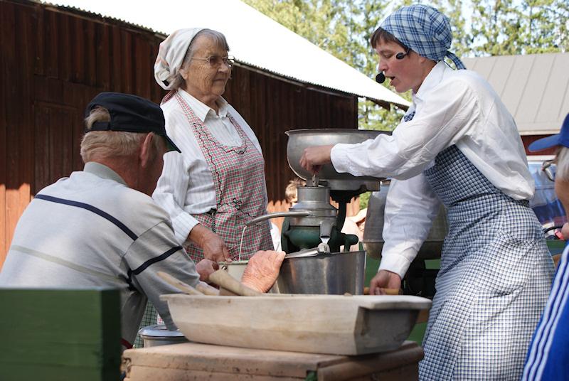 : 2009 separoitiin maitoa ja tehtiin voita, Teivosen Pentti toi lämmintä maitoa ja Koivusen Kyllikki ja Piika separoivatSONY DSC