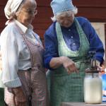 Kyllikki Koivunen ja Raili Mattila kirnuavat voita vispilällä