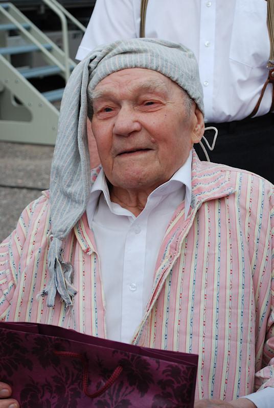 20.Köntys Tarmo Ahti on virkeä 100-vuotias kahden sodan veteraani, paikkakuntamme hyväntuulinen ja elämänmyönteinen julkkis.